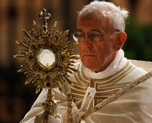 pope-francis-blessed-sacrament-h-t-cwr